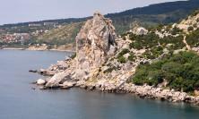 Нудистский пляж у скалы Крыло лебедя в Симеизе
