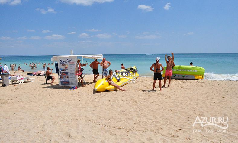 Водные аттракционы на пляже золотых песков.