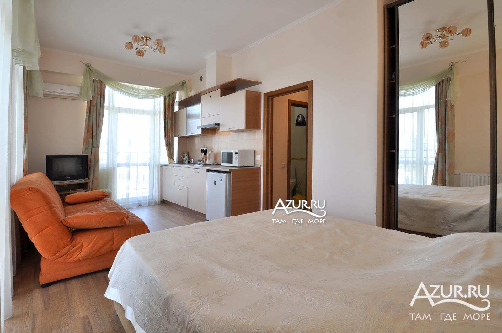 Однокомнатная квартира с двумя балконами.